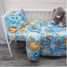 Постельное белье в детскую кроватку из перкаля 13055/1 Астронавты с простыней на резинке 160/80/15